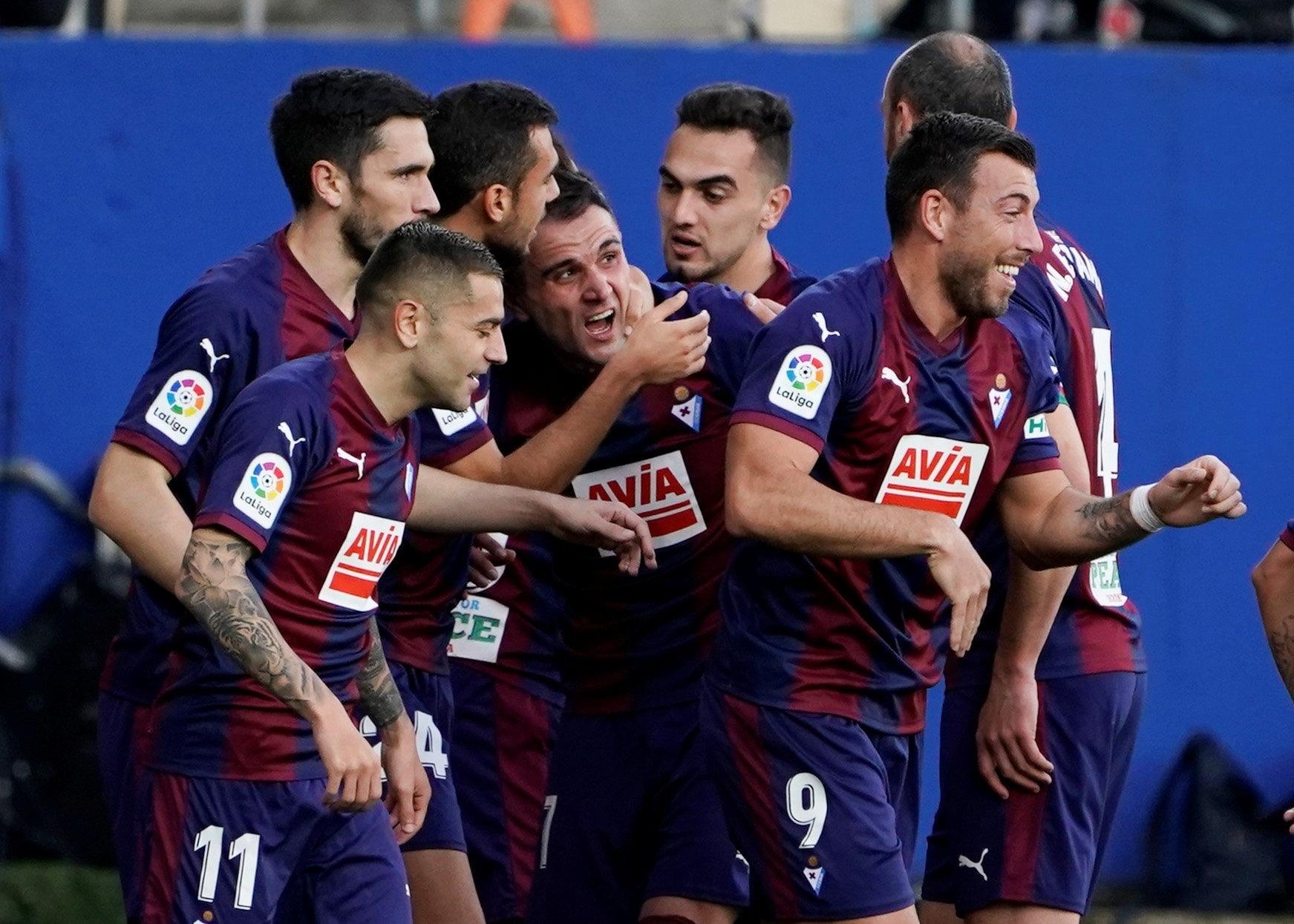 Jogadores do Eibar comemoram o primeiro gol da partida