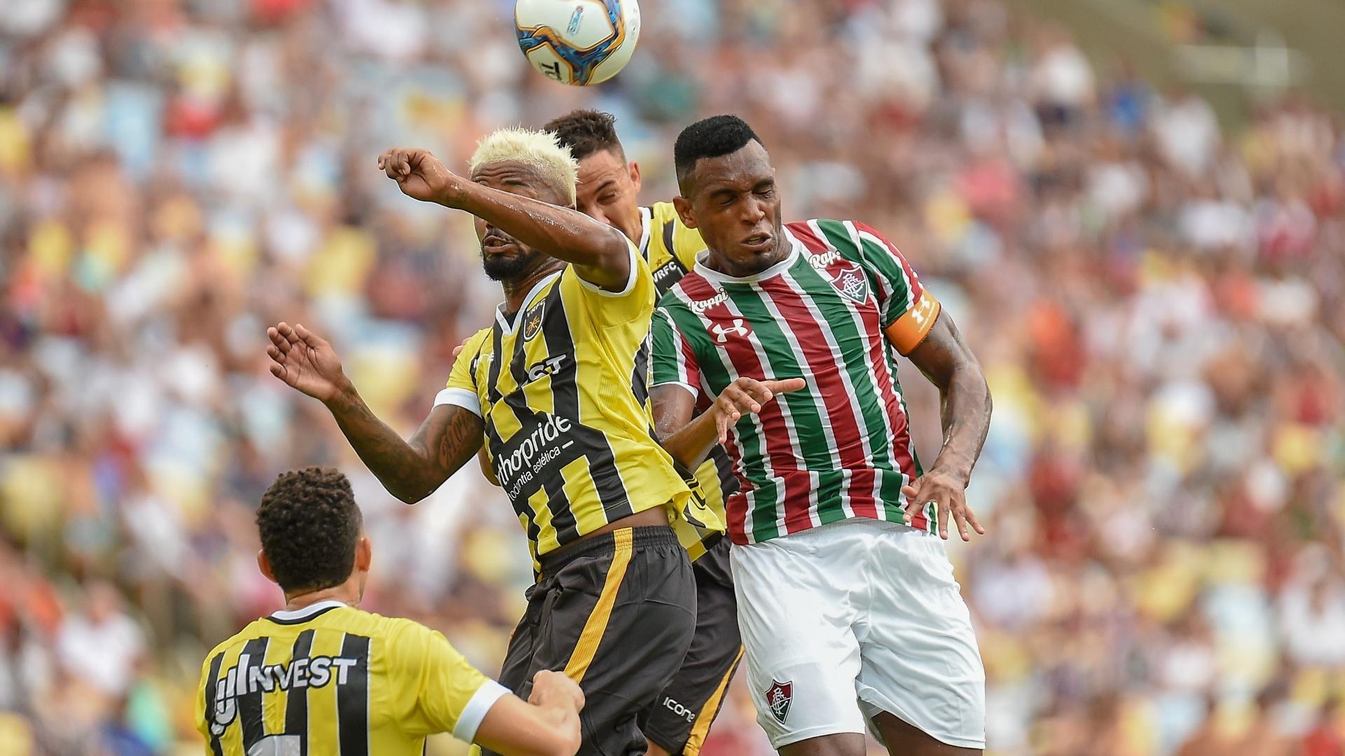 Diego, do Fluminense, disputa jogada pelo alto durante partida contra o Volta Redonda
