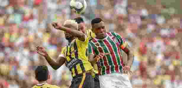 Diego, do Fluminense, disputa jogada pelo alto durante partida contra o Volta Redonda - Thiago Ribeiro/AGIF - Thiago Ribeiro/AGIF