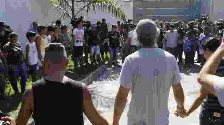 Familiares fazem corrente em frente ao Ninho do Urubu - Reginaldo Pimenta / Raw Image
