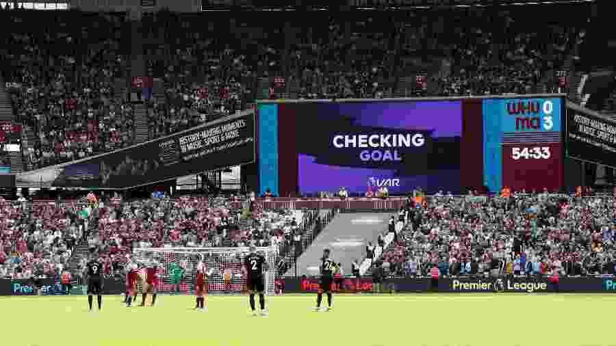 VAR é acionado para analisar o gol de Gabriel Jesus na partida entre West Ham e Manchester City - David Klein/Reuters