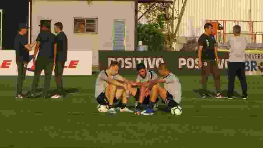 Carlos Augusto, Bruno Méndez e João em treino do Corinthians - Gabriel Carneiro/UOL Esporte