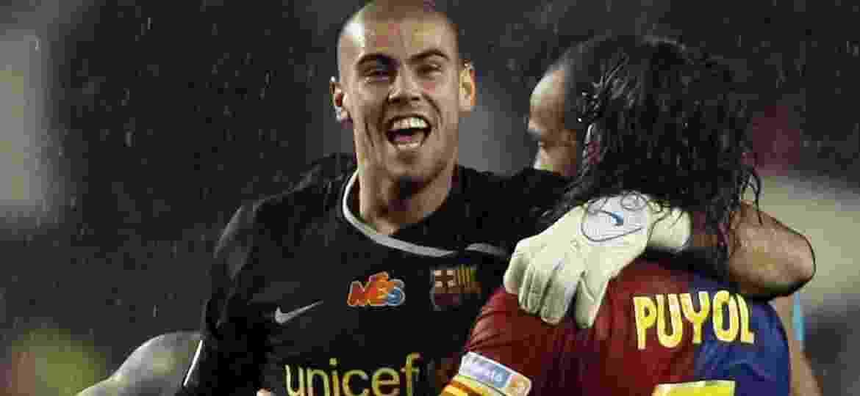 Victor Valdés abraça Puyol depois de o Barcelona vencer o Real Madrid em 2009 - REUTERS/Sergio Perez