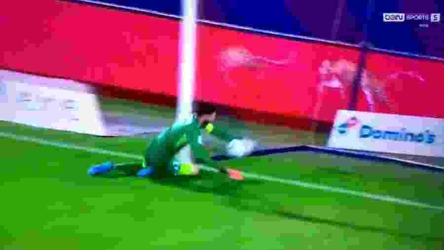 Goleiro do Grenoble Brice Maubleu correu, mas não evitou gol contra - Reprodução/Twitter/VEEEKING