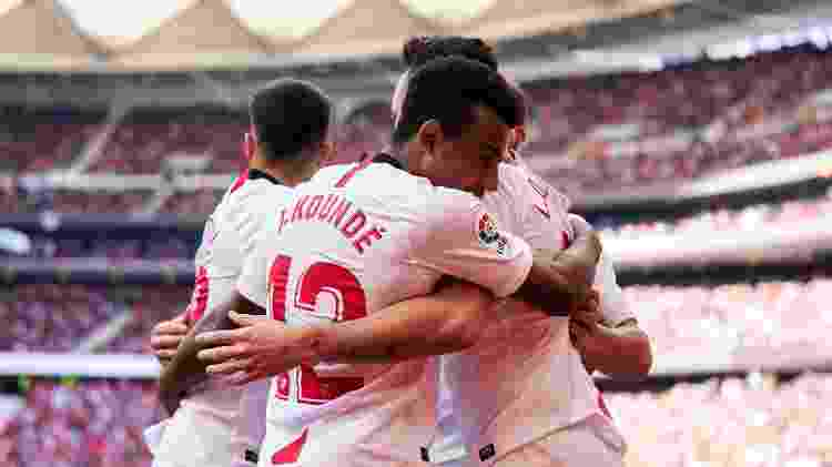 Jogadores do Sevilla se abraçam durante partida contra o Atlético de Madri - NurPhoto via Getty Images - NurPhoto via Getty Images