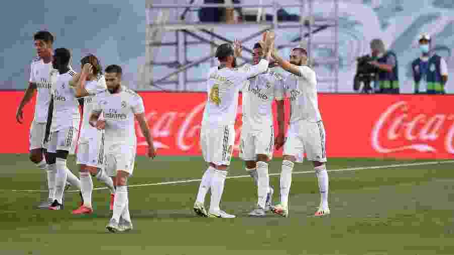 Jogadores do Real Madrid comemoram gol de Karim Benzema diante do Villarreal em jogo do Campeonato Espanhol - Denis Doyle/Getty Images