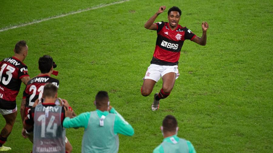 Vitinho corre para comemorar o gol do título do Flamengo contra o Fluminense - Alexandre Vidal/Flamengo