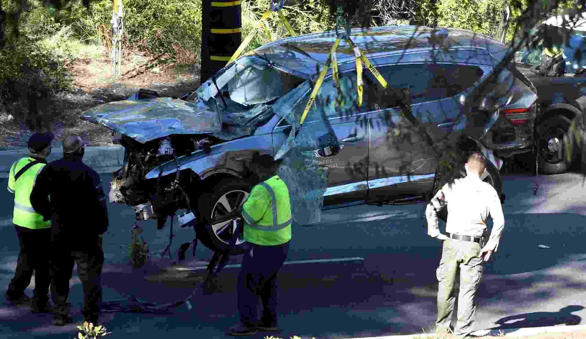 Carro de Tiger Woods precisou ser guinchado após acidente - GENE BLEVINS/REUTERS