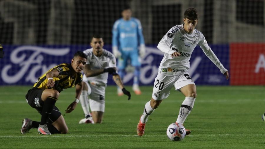 Pirani carrega a bola na partida do Santos contra o The Strongest, na Bolívia, pela Libertadores - Divulgação/Conmebol