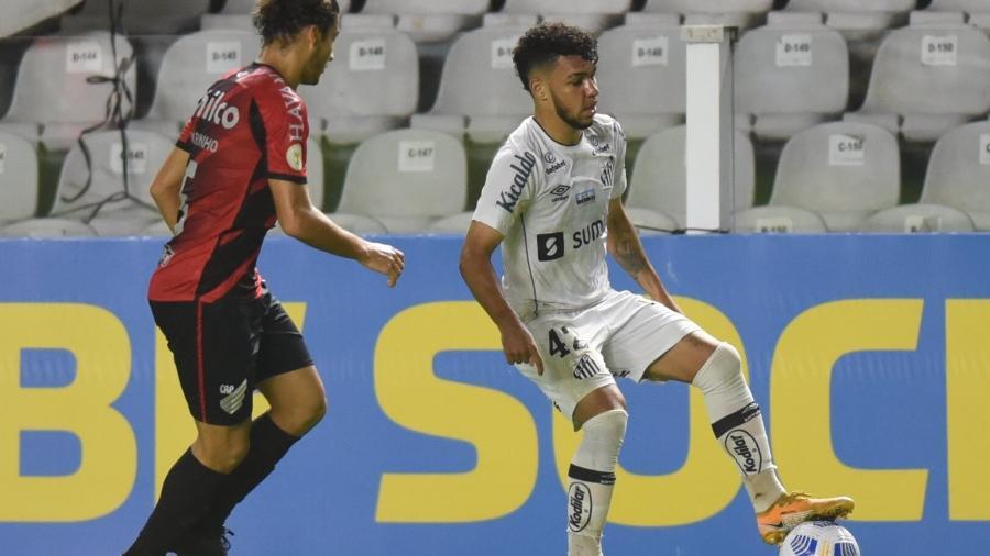 O lateral esquerdo Moraes em ação em sua estreia como titular do Santos. - Ivan Storti/Santos FC