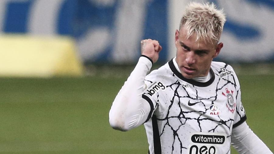 Roger Guedes celebra o seu segundo gol na vitória do Corinthians sobre o Palmeiras, pela 22ª rodada do Brasileirão - Ettore Chiereguini/Ettore Chiereguini/AGIF