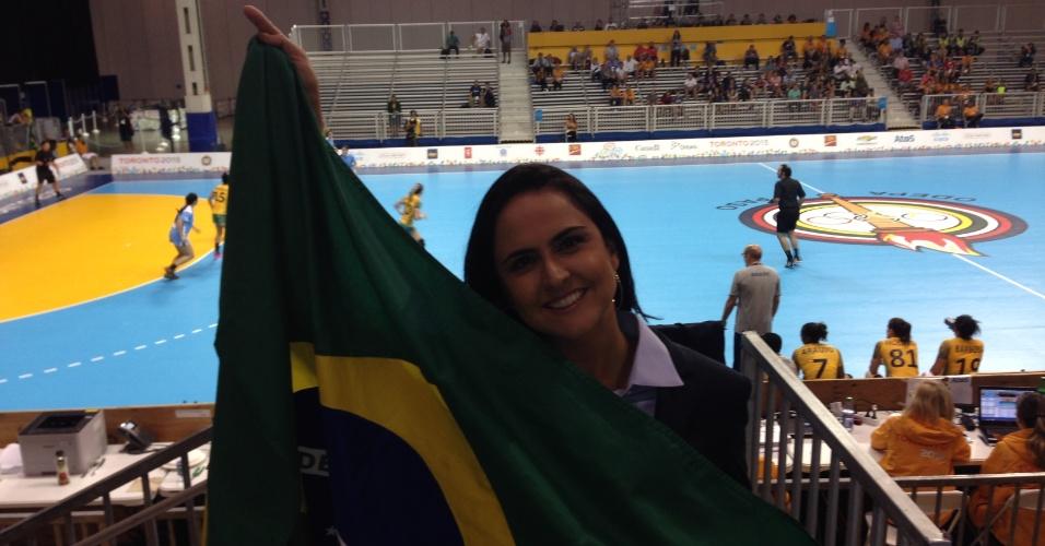 Carla Cecato acompanha jogo de handebol, esporte que praticou na adolescência