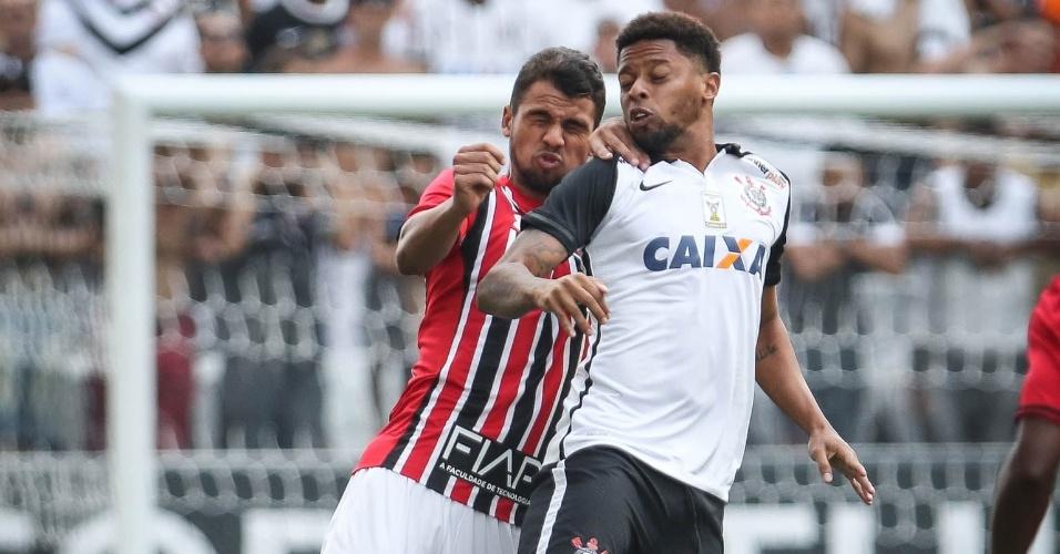 André, do Corinthians, sobe para cabecear sob a marcação de Lucão, do São Paulo