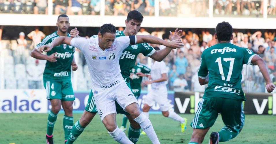 Ricardo Oliveira briga pela bola no meio de defensores do Palmeiras