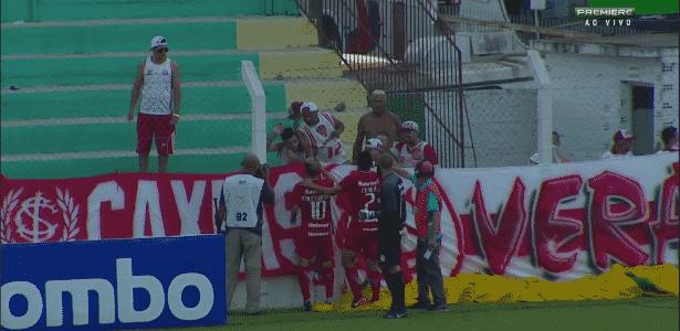 """D""""Alessandro tentou conter a briga de torcedores na primeira rodada do Gauchão - Reprodução"""