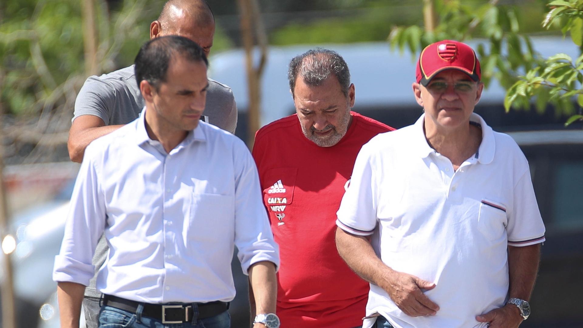 Rodrigo Caetano, Mozer, Fred Luz e o presidente Bandeira de Mello caminham pelo CT