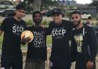 Morador de rua visita CT do Corinthians ao lado de promessas do time