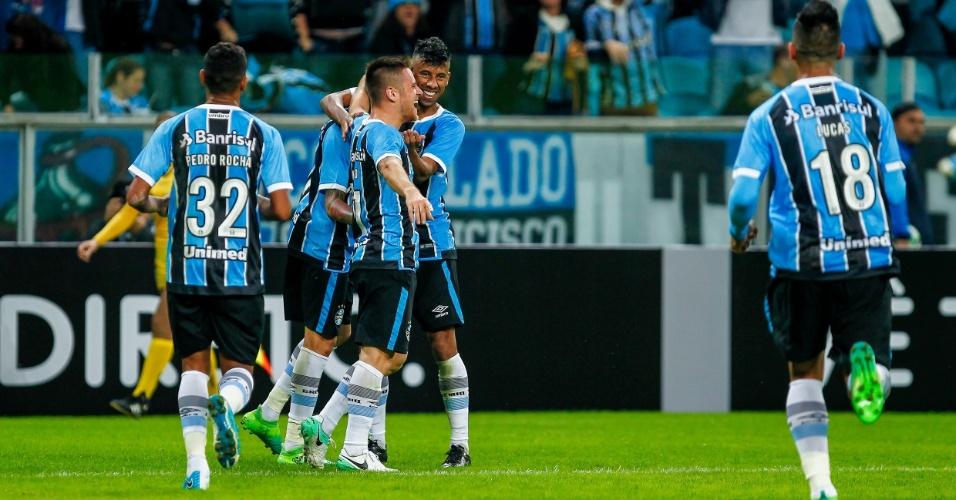Léo Moura abraça Ramiro para comemorar gol do Grêmio diante do Botafogo pelo Campeonato Brasileiro 2017