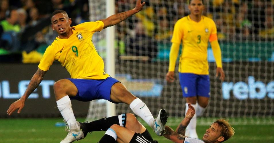 Gabriel Jesus leva pancada de Lucas Biglia em Brasil x Argentina