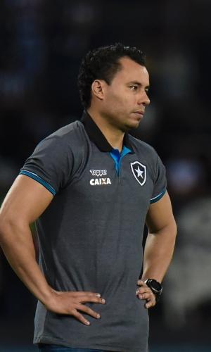Jair Ventura, técnico do Botafogo, acompanha o jogo tcontra o Atlético-MG