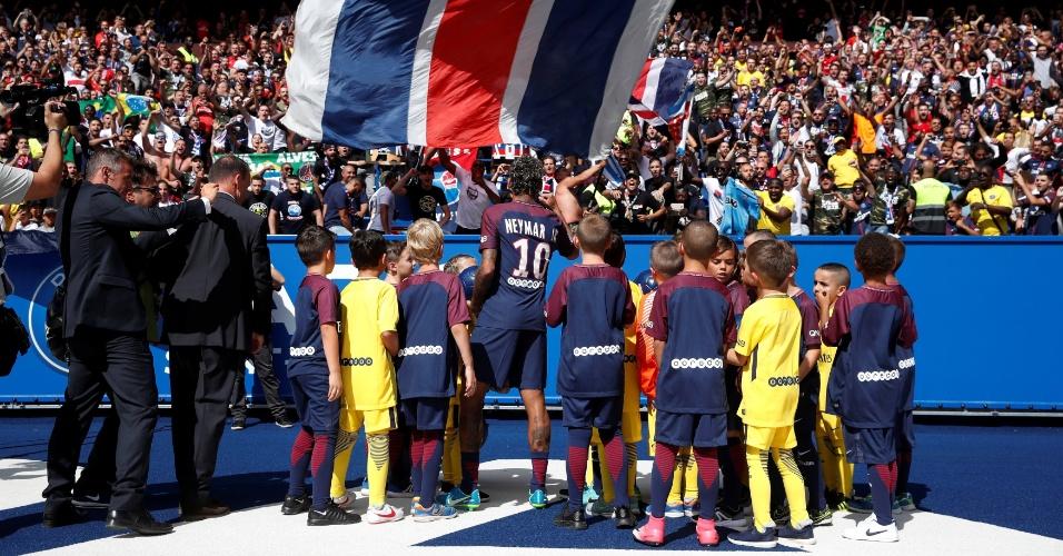 Torcida saúda Neymar durante apresentação