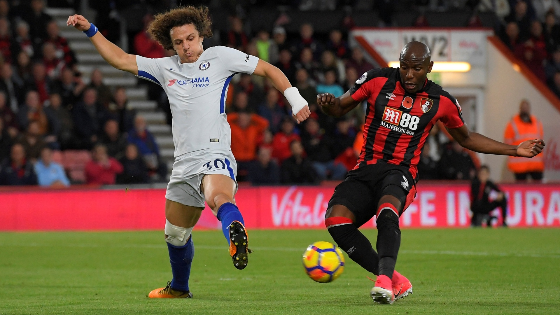 David Luiz, do Chelsea, disputa bola com Afobe, do Bournemouth