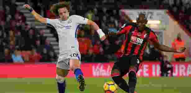 David Luiz, do Chelsea, disputa bola com Afobe, do Bournemouth - Toby Melville/Reuters - Toby Melville/Reuters