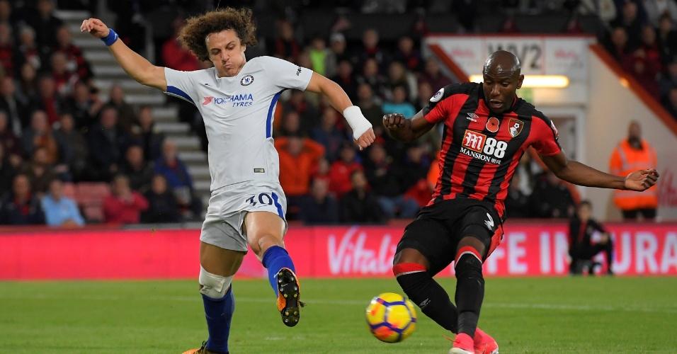 David Luiz, do Chelsea, disputa bola com Afobe, do Bournemouth