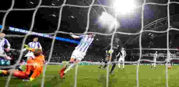 Após defesa do goleiro, a bola bate em Sterling e vai para o gol - Carl Recine/Reuters - Carl Recine/Reuters