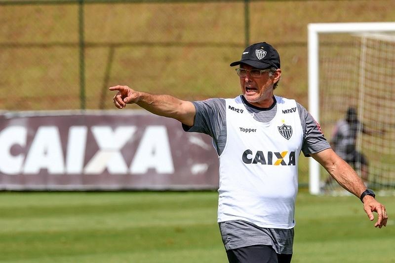 Oswaldo Oliveira comanda o treino do Atlético-MG, na Cidade do Galo