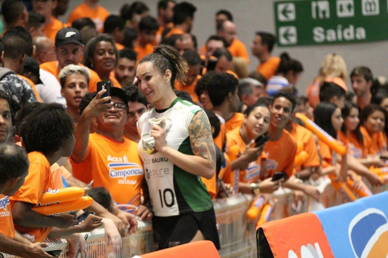 Tiffany tira foto com fãs na partida entre Minas e Bauru, pela Superliga