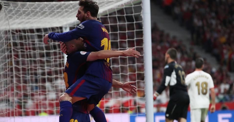 Messi comemora com Alba, autor da assistência de calcanhar para o segundo gol do Barcelona contra o Sevilla na final da Copa do Rei.