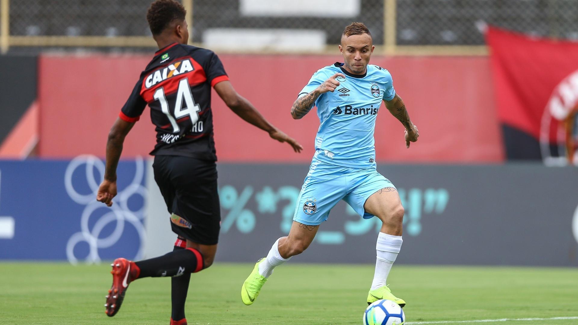 Everton, do Grêmio, disputa bola com Lucas Ribeiro, do Vitória
