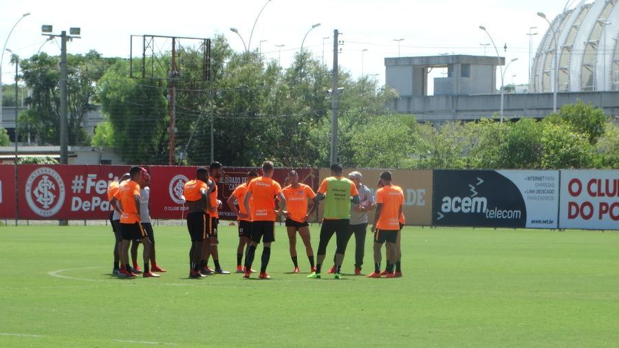 Jogadores do Inter recebem orientações de Odair Hellmann em treinamento no CT - Marinho Saldanha/UOL