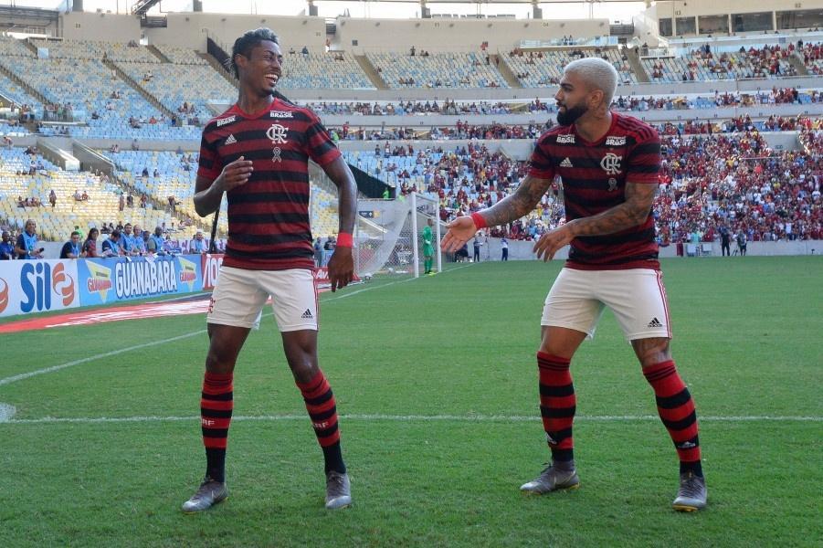 Bruno Henrique e Gabigol comemoram gol do Flamengo contra o Fluminense