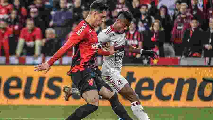 Bruno Henrique e Lucas Halter disputam a bola na partida entre Flamengo e Athletico-PR pela Copa do Brasil - Gabriel Machado/AGIF