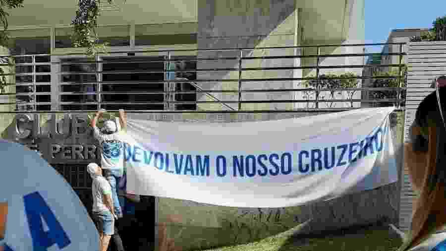 Faixas foram colocadas pela principal organizada do Cruzeiro em frente e nas proximidades da sede do clube - Divulgação