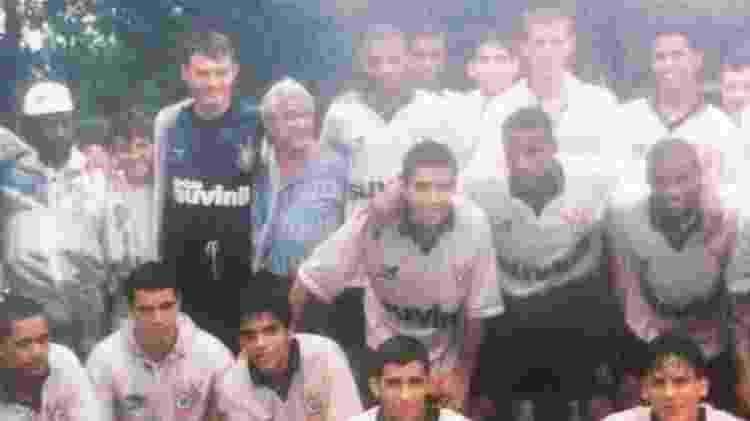 Time da base do Corinthians com Renato, ex-goleiro, e Deco, meia (no centro) - Arquivo pessoal/Renato