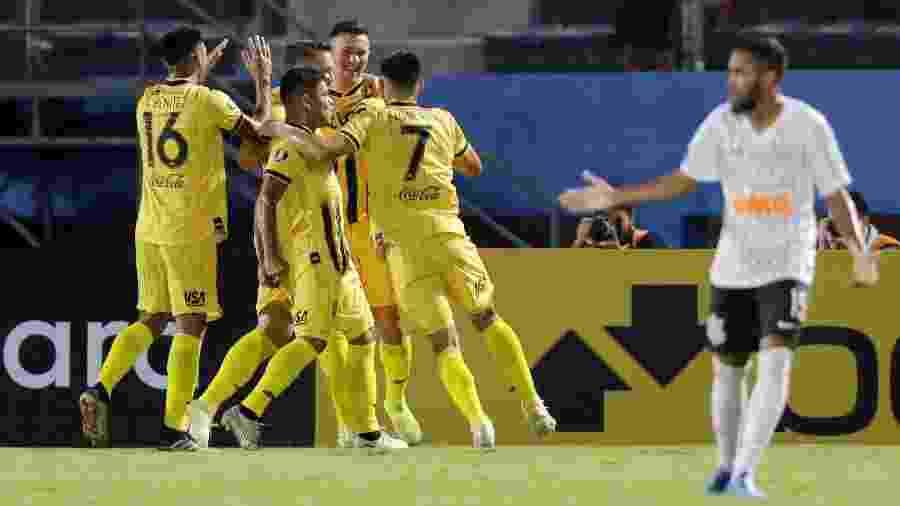 Atletas do Guaraní celebram gol marcado contra o Corinthians na Libertadores - Jorge Adorno/Reuters