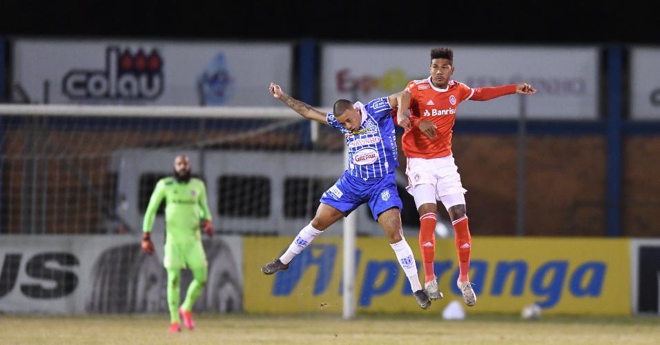 Zé Gabriel, zagueiro do Inter, disputa bola na partida contra o Esportivo pelo Gaúcho