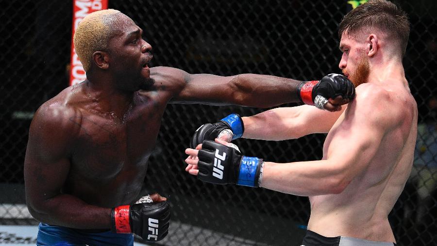 Derek Brunson (esq) acerta Edmen Shahbazyan durante UFC em Las Vegas - Chris Unger/Zuffa LLC via Getty Images