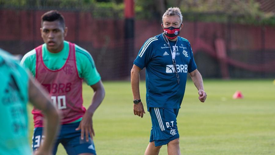 Domènec Torrent orienta jogadores do Flamengo em treino. Parte física em debate no clube - Alexandre Vidal/Flamengo