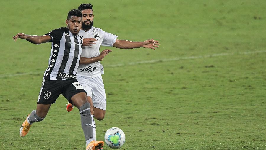 Lance do duelo entre Botafogo x Santos, no Nílton Santos - Thiago Ribeiro/AGIF