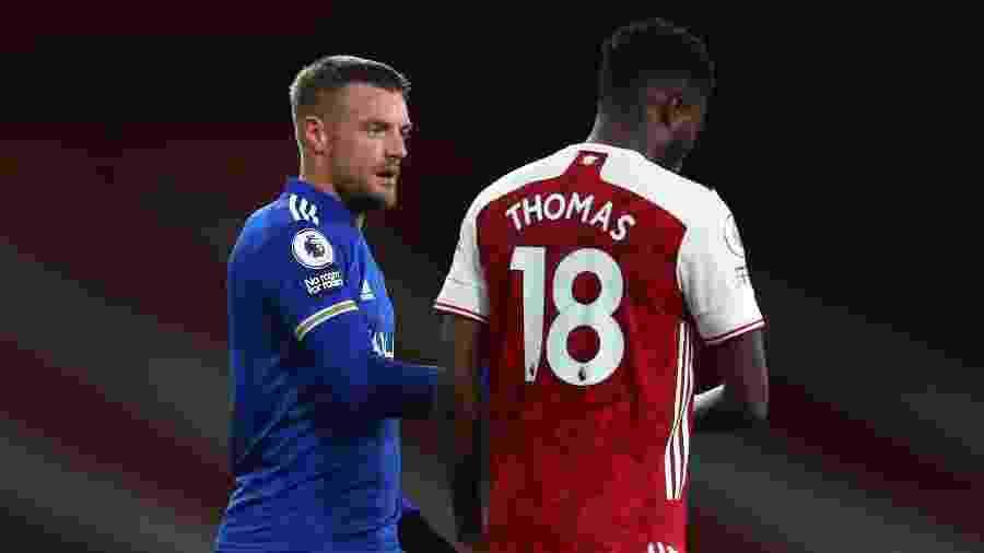 Jamie Vardy, autor do gol da vitória do Leicester, caminho ao lado de Thomas Partey, do Arsenal - Catherine Ivill/Getty Images