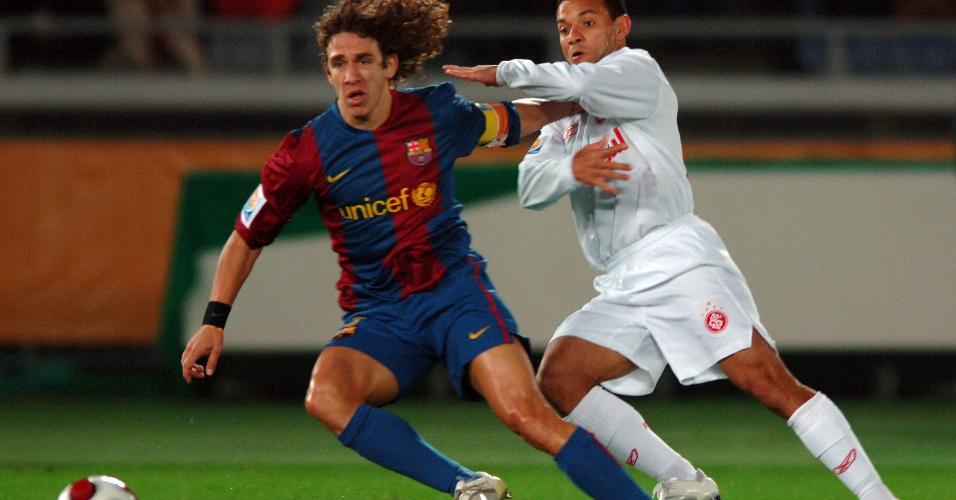 Iarlaey tenta sair da marcação de Carles Puyol, na final do Mundial de Clubes da FIFA em 2006
