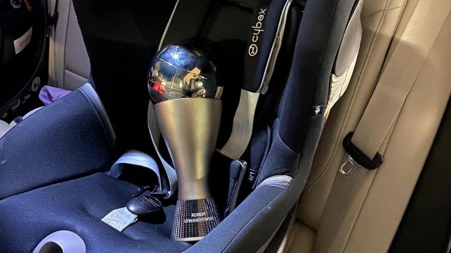Robert Lewandowski, do Bayern de Munique, usou uma cadeirinha de bebê de um carro para levar para casa o troféu - Reprodução/Twitter