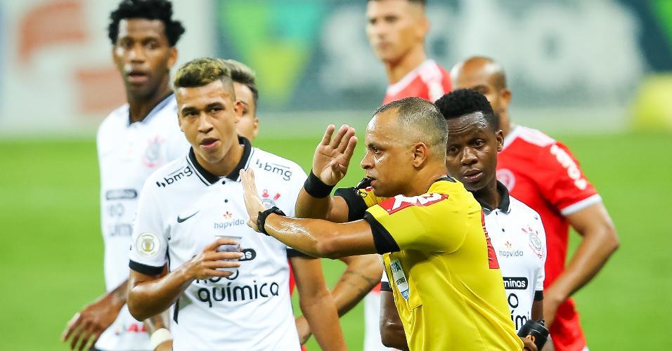 Primeiro tempo teve pênalti não marcado e gol impedido no Beira Rio