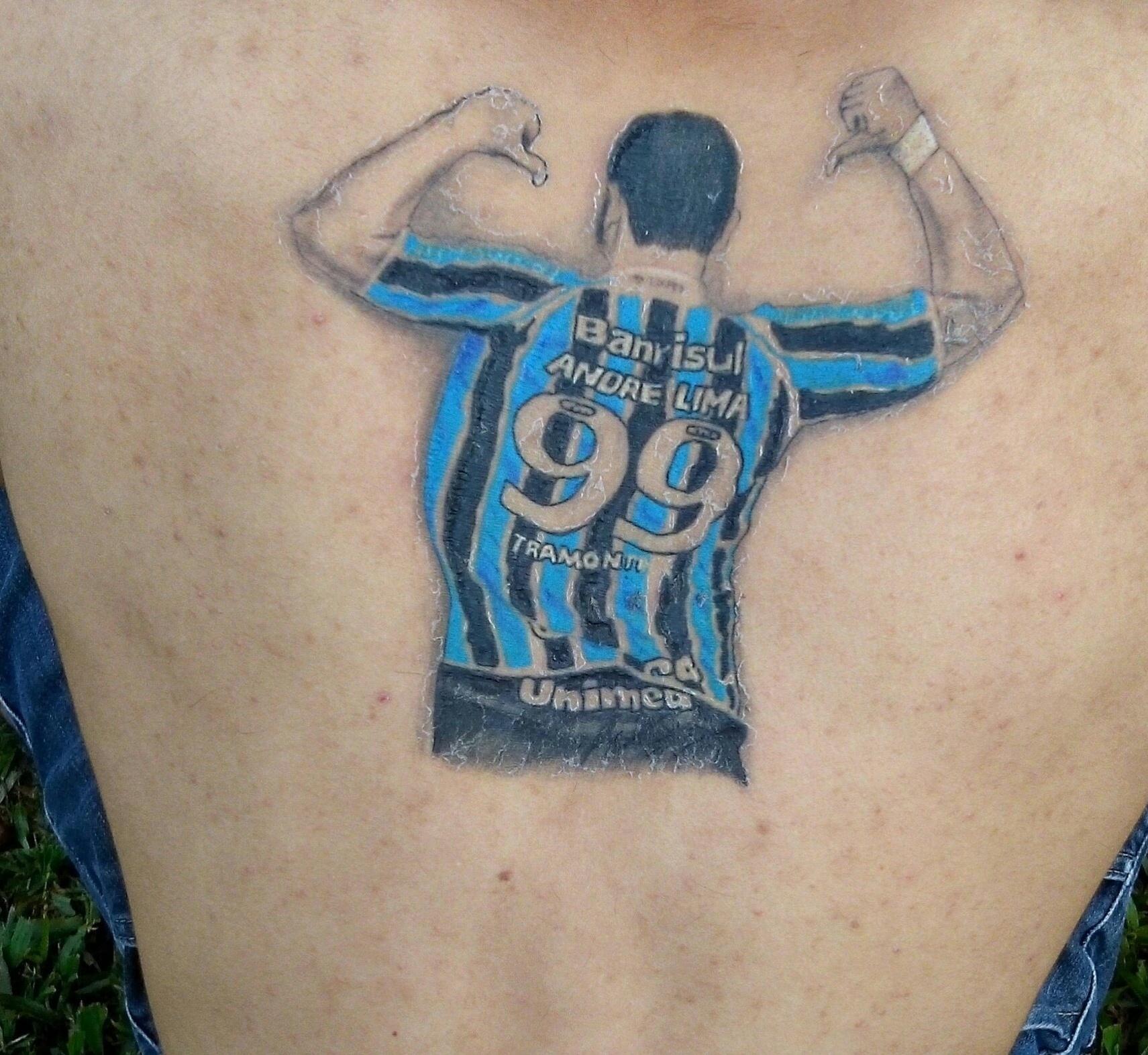 André Lima comemorando gol às costas de Darlei Barbosa