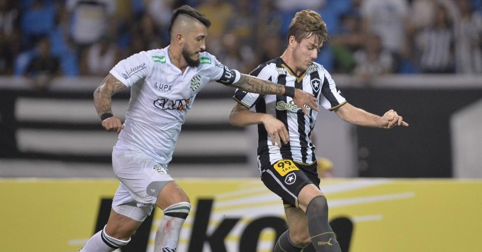 Luiz Henrique, do Botafogo, disputa bola com Marquinhos, do Figueirense, durante partida da Copa do Brasil