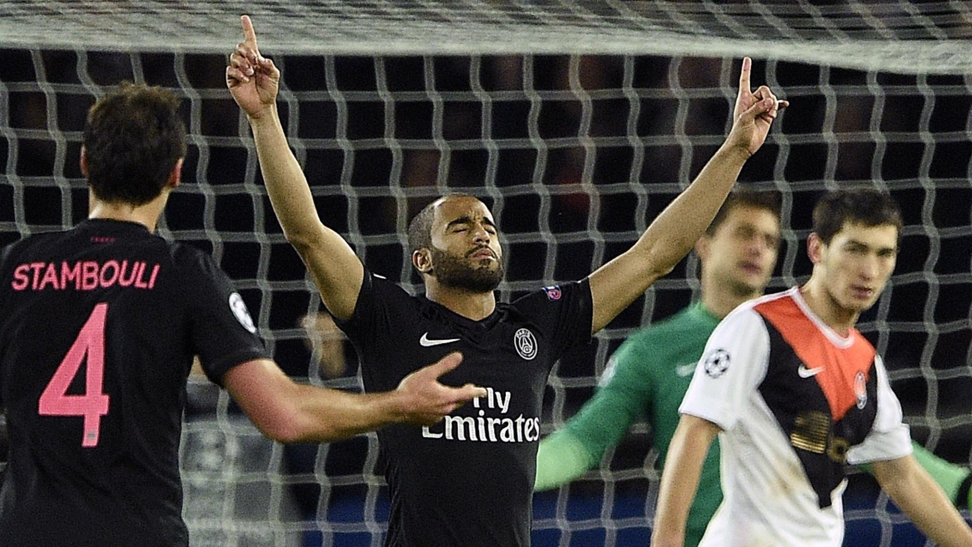 Brasileiro do PSG, Lucas comemora gol contra o Shakhtar, na França, pela Liga dos Campeões
